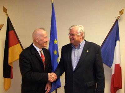Dr. Dietmar Eisenhammer übergibt Kurt Wiehler die Übergabe des Vorsitzes des SeniorenNetzwerkes